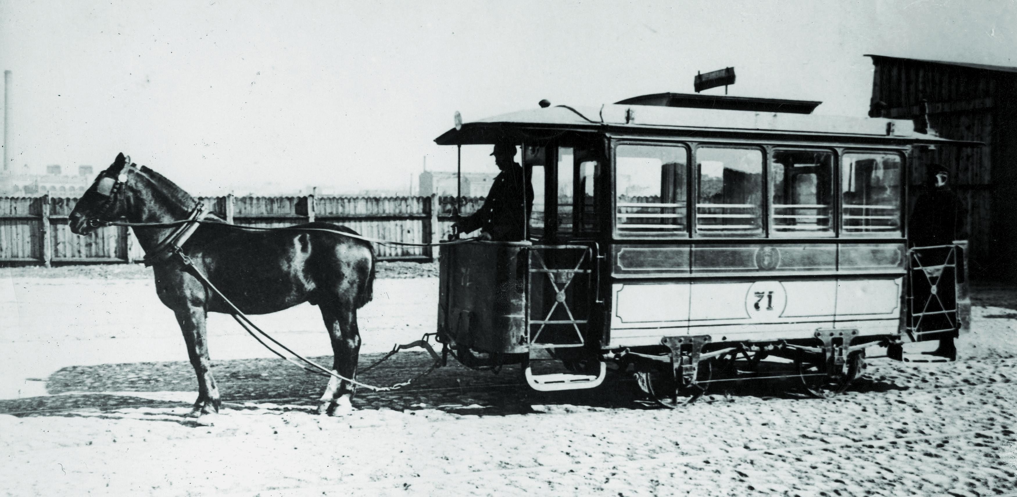 Tramwaj konny na terenie zajezdni przy ulicy Wolskiej, 1906 rok